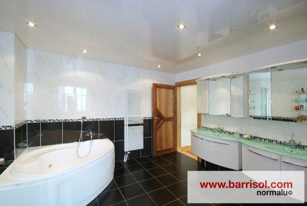 Eclairage par spots int gr s dans le plafond tendu - Spot plafond salle de bain ...